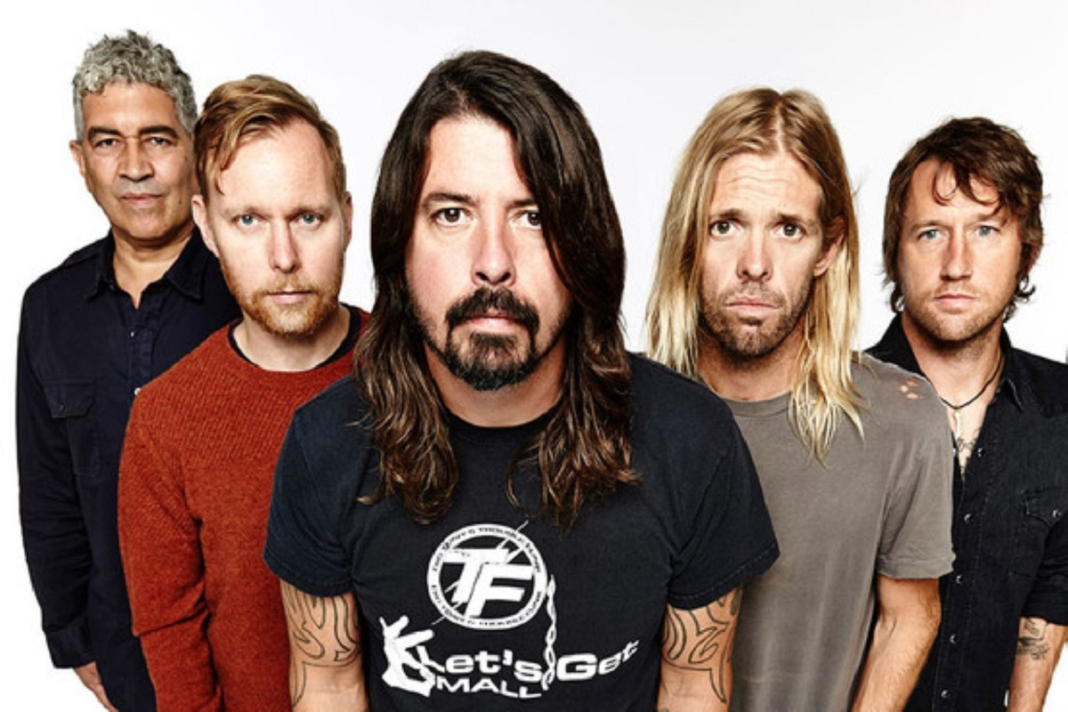 Foo Fighters concrete and gold review cover, Foo Fighters, Foo Fighters band, Concrete and Gold, listen to latest album by Foo Fighters, listen to Concrete and Gold, Concrete and Gold review, Gregg Kurstin, Justin Timberlake, Shawn Stockman from Boyz II Men, and Alison Mosshart from The Kills, Paul McCartney, Dave Koz, Alternative rock, Hard rock, Roswell Records, Sony Music, T-Shirt, Run, Make It Right, The Sky Is A Neighborhood, La Dee Da, Dirty Water, Arrows, Happy Ever After (Zero Hour), Sunday Rain, The Line, Concrete and Gold, Dave Grohl, Chris Shiflett, Pat Smear, Nate Mendel, Rami Jaffee, Taylor Hawkins, Diego Becerra, sickandsound, Albums, Artists